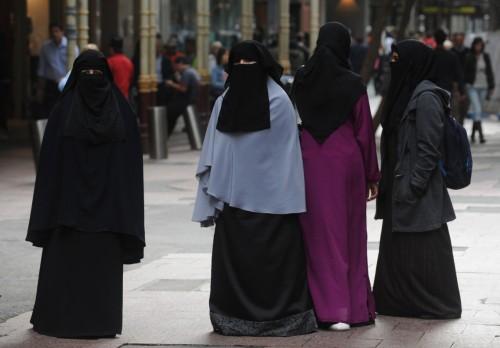 """بين الرفض والقبول.. """"النقاب"""" يثير جدلاً واسعاً بالأوساط الجزائرية (تقرير)"""