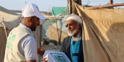 سلمان للإغاثة يوزع مساعدات غذائية لنازحي حجة بمأرب