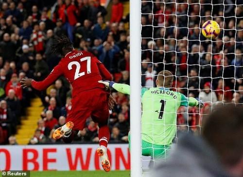خطأ غبي من حارس إيفرتون يهدي ليفربول الفوز في الدوري الإنجليزي