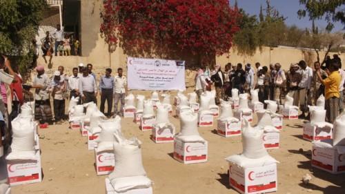 الهلال الإماراتي يقدم 500 سلة غذائية للنازحين في مديرية الحصين ( صور )