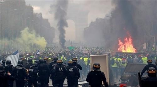 تعرف على حجم  الأضرار التي لحقت بقوس النصر جراء أعمال العنف وسط باريس