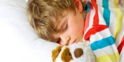 خبراء يحددون الوقت الأمثل لنوم الأطفال