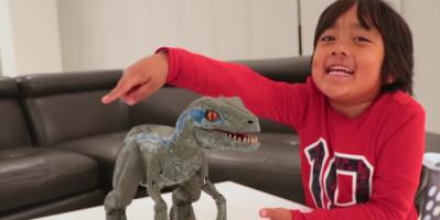 طفل يجني 22 مليون دولار من قناة يوتيوب