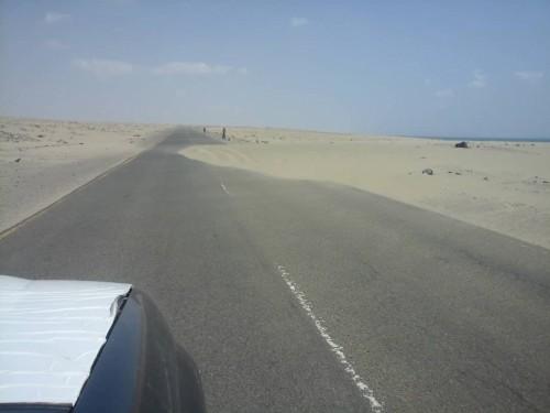 الرمال تغزو الطريق الساحلي بين محافظتي عدن ولحج (صور)