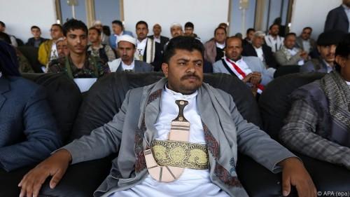 الحوثي يهدد بإغلاق مطار صنعاء