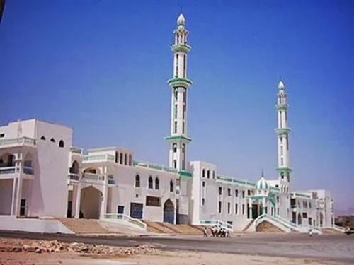 خطيب مسجد بالمكلا يحذر من القنوات المأجورة ضد التحالف