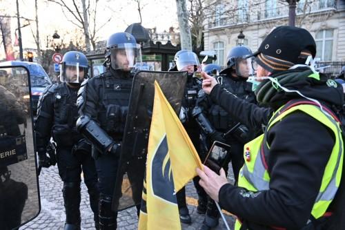 """هجوم من نشطاء تويتر على الحكومة الفرنسية """" صور"""""""