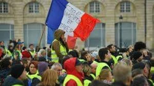 ناشط إماراتي يُطالب فرنسا بوقف اعتقالات متظاهري السترات الصفراء