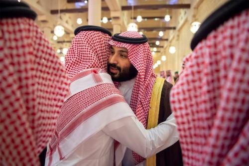 ولي العهد السعودي يؤدي صلاة الجنازة على الأميرة الجوهرة (صور)