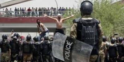 الشرطة العراقية تفرق مظاهرة بالرصاص الحي بالبصرة