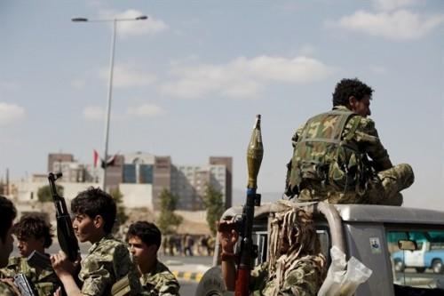قصة سطو ميليشيا الحوثي على 30 حاوية لسيارات وشاحنات بالحديدة