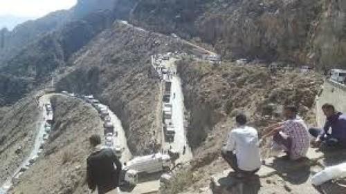 تعطل ناقلة يوقف الطريق الرابط بين عدن وتعز