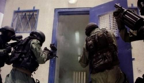 قوات الاحتلال الإسرائيلي تقتحم سجن ريمون وتنقل 120 أسير