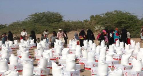 الهلال الإماراتي يوزع 105 أطنان من المواد الغذائية على قرى الساحل الغربي