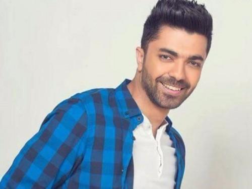 الفنان محمد عباس ينتهي من تسجيل 3 أغاني لألبومه المقبل