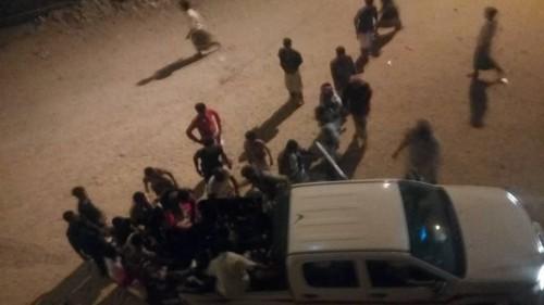 مصرع طفل وإصابة 20 في انفجار قنبلة بمدينة الشحر