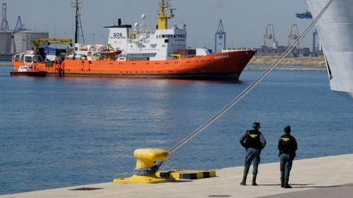 """بريطانيا تنهي أزمة السفينة الإيطالية بنهر """"التيمز"""""""