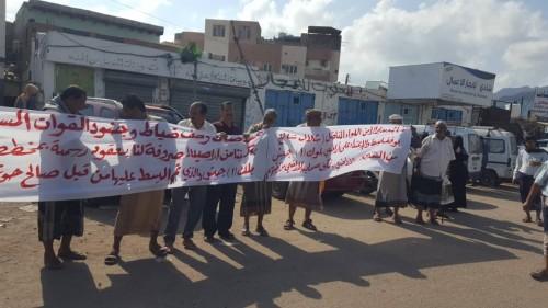 وقفة احتجاجية أمام إدارة أمن عدن للمطالبة بوقف نهب الأراضي