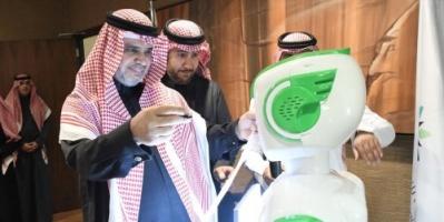 """""""تقني"""".. روبوت سعودي يبدأ رسمياً أول أيام وظيفته (صور)"""