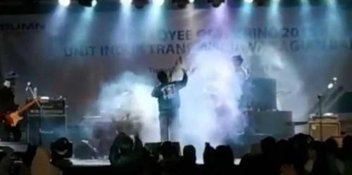 """موجة تسونامي تبتلع فرقة غنائية بإندونيسيا """"فيديو"""""""