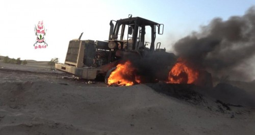 مليشيا الحوثي تحرق جرافة مواطن بالحديدة