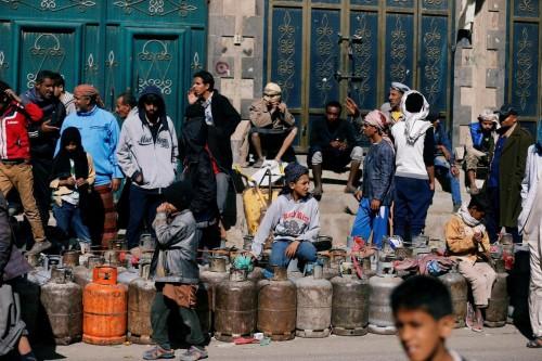 لتعويض خسائرها.. مليشيا الحوثي تشترط على سكان صنعاء تجنيد أبنائهم مقابل توفير الغاز
