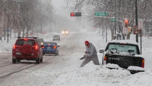 العاصفة الشتوية تعرقل آلاف الرحلات الجوية في أميركا