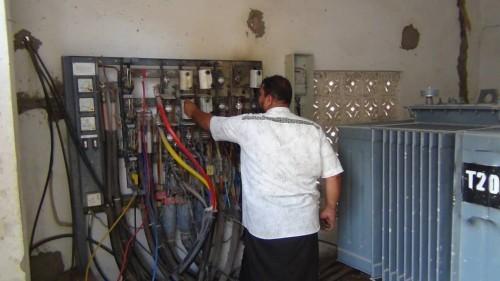 قوات أمنية تشارك في تنفيذ حملة فصل التيار الكهربائي عن الممتنعين بعدن (تفاصيل)