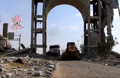 مليشيات الحوثي تستهدف جرافات ألوية العمالقة والقوات المشتركة بالحديدة (فيديو)