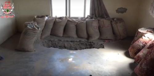 بعد تهجيرهم.. المليشيات تحول منازل المواطنين لثكنات عسكرية بالحديدة (فيديو)
