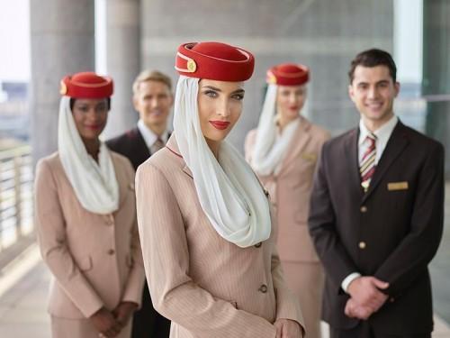 """مسافر يفاجئ مضيفة """"طيران الإمارات"""" بخطبتها في الجو (فيديو)"""