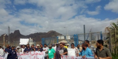 موظفو مصافي عدن ينظمون وقفة احتجاجية ويهددون بالتصعيد حال عدم تنفيذ مطالبهم (فيديو وصور)