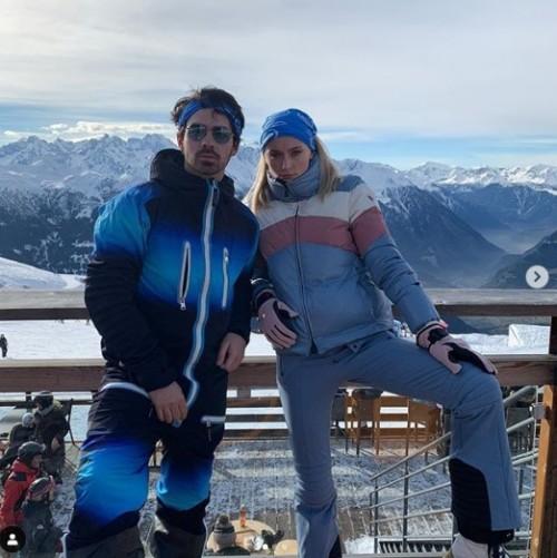 النجمتان صوفي تيرنر وبريانكا شوبرا يحتفلان بالعام الجديد أعلى جبال سويسرا