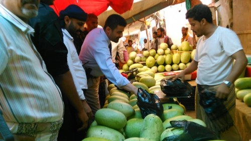 محافظ عدن يزور أسواق الشيخ عثمان ويتلمس قضايا المواطنين