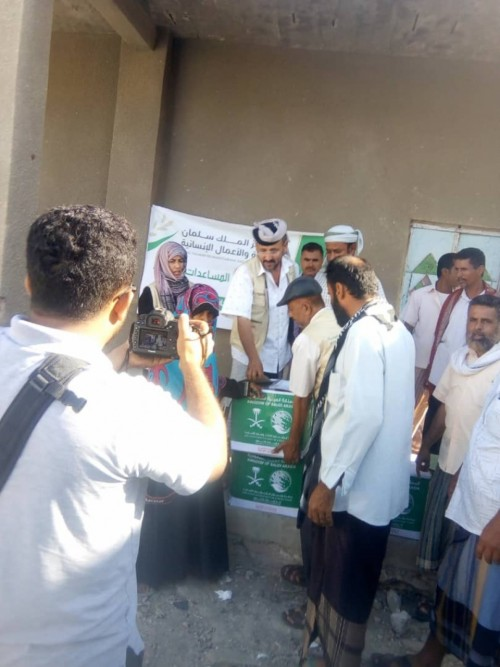 مركز الملك سلمان يوزع 1100 سلة غذائية بمحافظة لحج