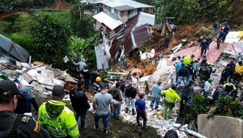 سقوط قتلى وعشرات المفقودين في انهيارات أرضية بإندونيسيا