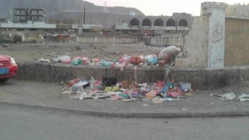 القمامة تزاحم السكان بمديرية البريقة.. ومواطنون للسلطات المحلية: حياتنا مهددة