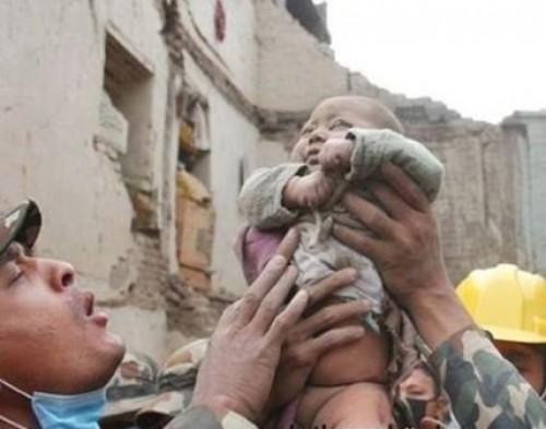 العثور على رضيع على قيد الحياة تحت الأنقاض بسوريا