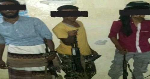 ضبط عصابة تسطو على محلات المواطنين بعدن (صور)