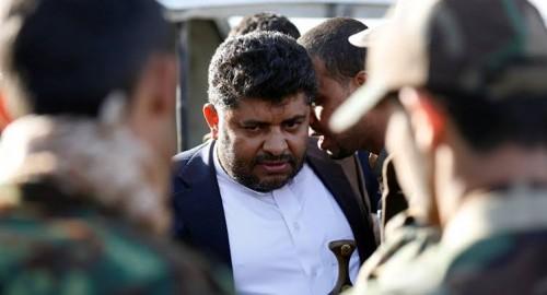 شاهد.. صُحافي يُحرج محمد علي الحوثي بهذه الصورة