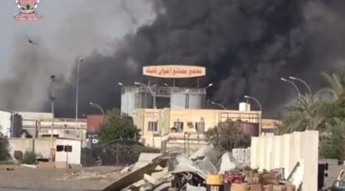 استفزاز حوثي جديد.. الانقلابيون يضرمون النار في مركز تجاري بالحديدة