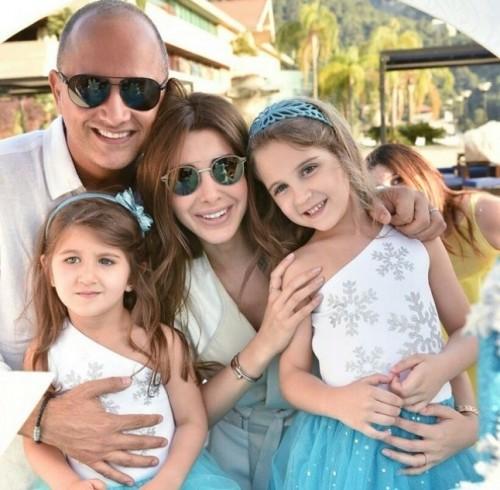 """شاهد زوج نانسي عجرم وابنتيها يشاركوها الغناء في السيارة """"فيديو"""""""