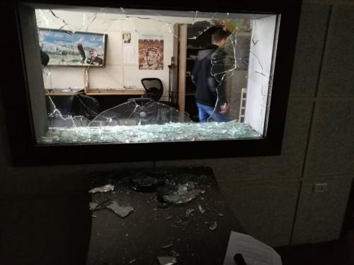 اقتحام مقر التليفزيون الفلسطيني بغزة وتحطيم الأجهزة ومعدات التصوير (صور)