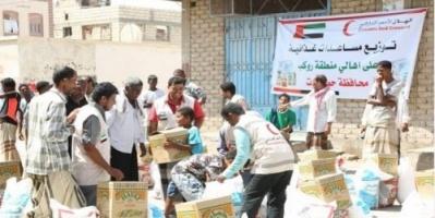 الهلال الأحمر الإماراتي يوزع مساعدات إنسانية على موظفي المكلا