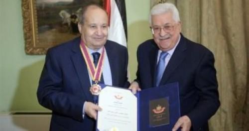 الرئيس الفلسطيني يمنح الكاتب وحيد حامد وسام الثقافة