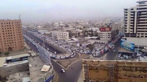 شاهد.. صورة لمعلم يمني تُثير الجدل داخل منصات التواصل