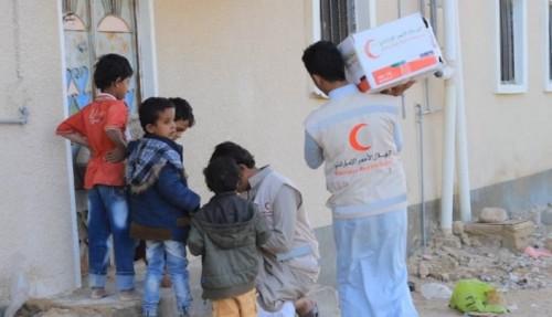 الهلال الإماراتي يقدم ألف سلة غذائية لـ5 آلاف يمني بصحراء حضرموت (صور)