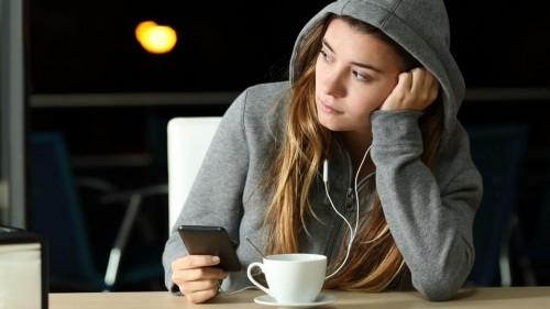 دراسة تحذر: وسائل التواصل تصيب المراهقات بالاكتئاب