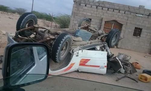 استشهاد جنديين وإصابة ١٥ آخرين جراء استهداف دورية للحزام الأمني بالمحفد