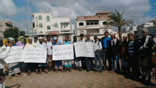وقفة احتجاجية من المعلمين النازحين أمام مبنى التعليم بعدن
